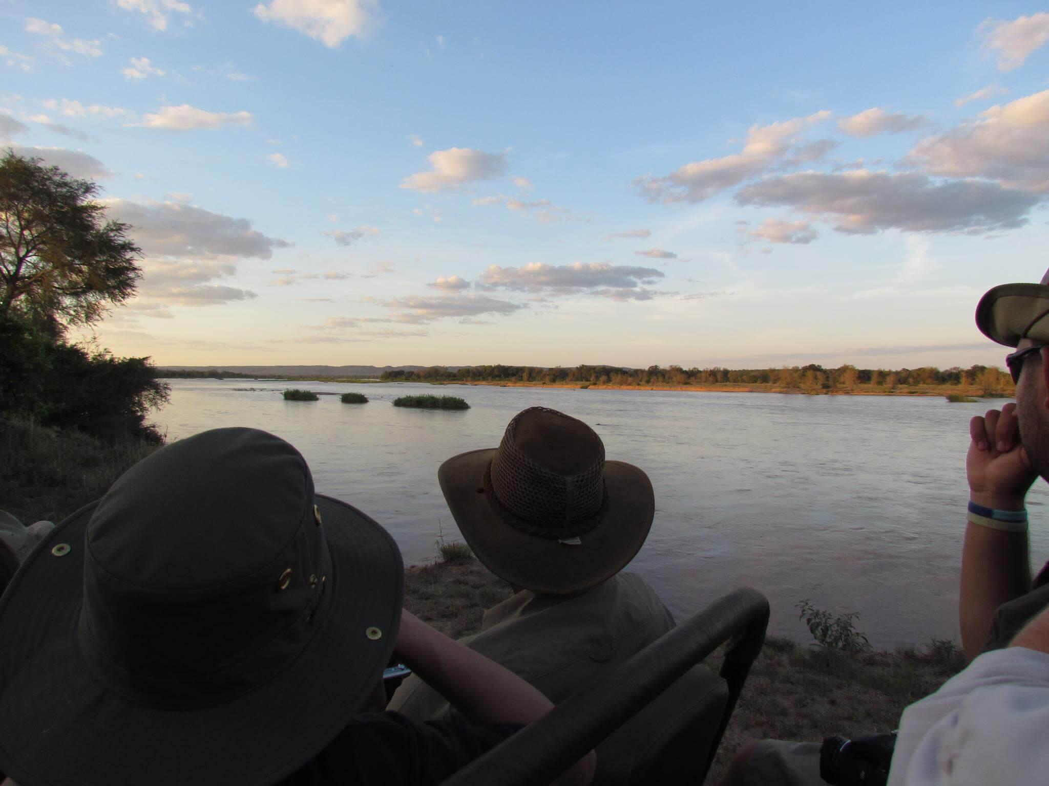 Das Bild zeigt Ranger und den Sonnenuntergang in Südafrika.