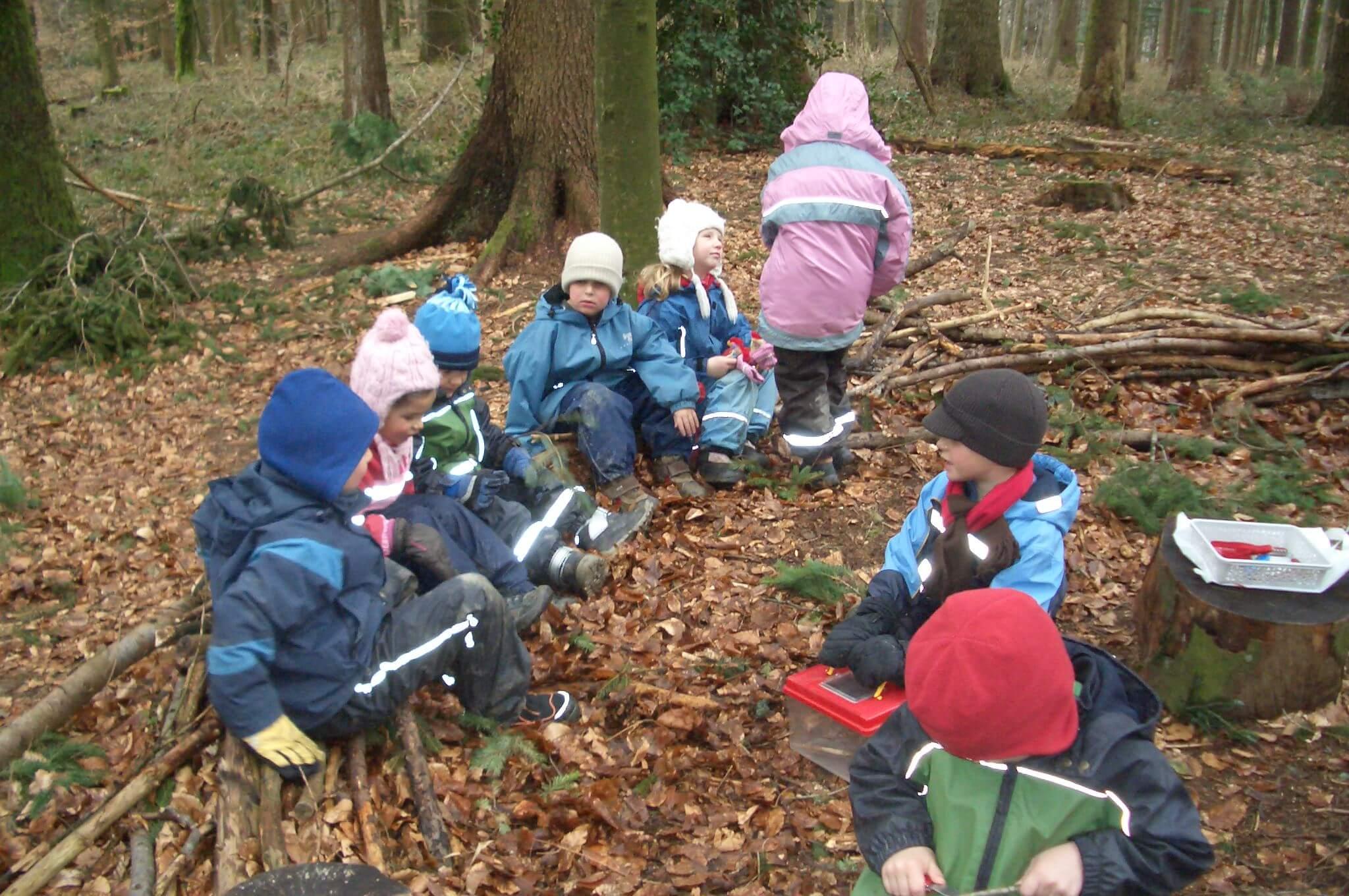 Viele Kinder spielen im Wald.