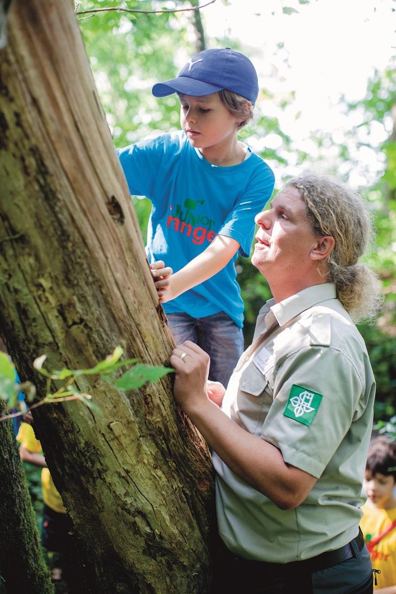 Der Ranger zeigt den Junior Rangern das Naturschutzgebiet.