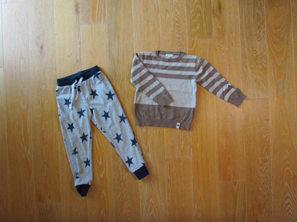Strickpullover und Trainingshose als zweite Kleidungsschicht